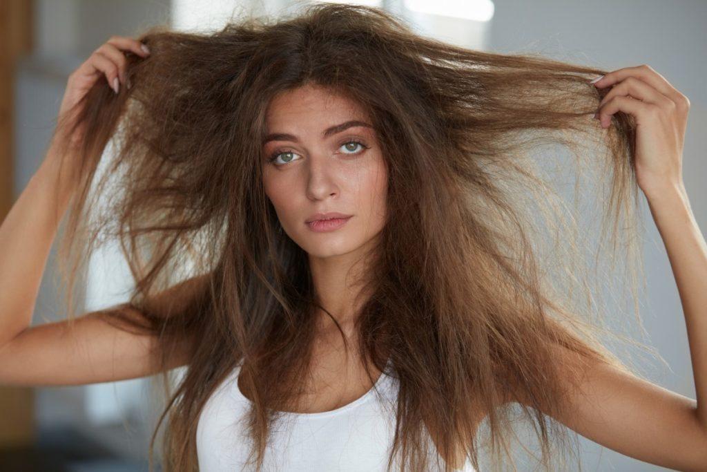W jaki sposób nawilżyć suche włosy? Sprawdzone metody - blog o włosach i urodzie - Annively